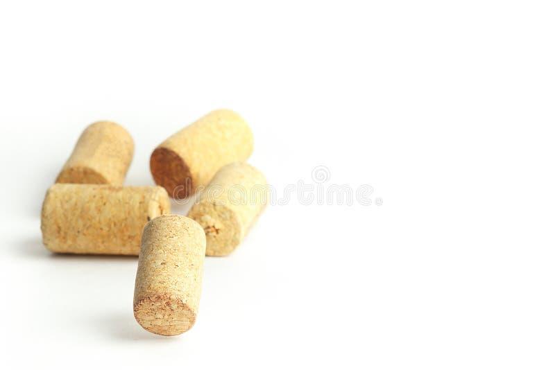 C?psulas de vino que caen en un fondo blanco imágenes de archivo libres de regalías