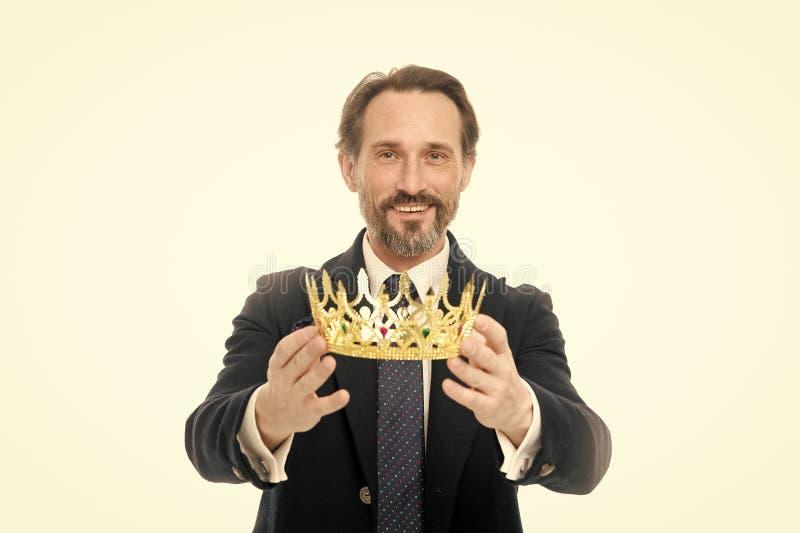 C?r?monie devenue de roi Attribut de roi Prochain roi devenu Traditions de famille de monarchie Type barbu de nature d'homme dans photo libre de droits