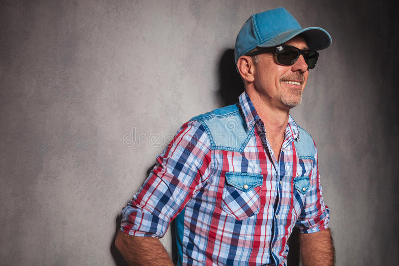 Côté d'un vieux type frais dans rire de chapeau de camionneur photographie stock libre de droits