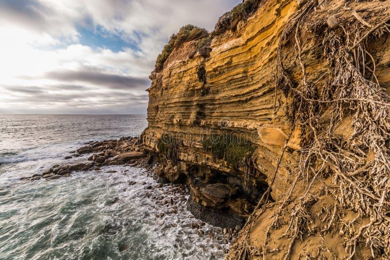 Côté de falaise avec l'océan et le ciel nuageux, falaises de coucher du soleil image libre de droits