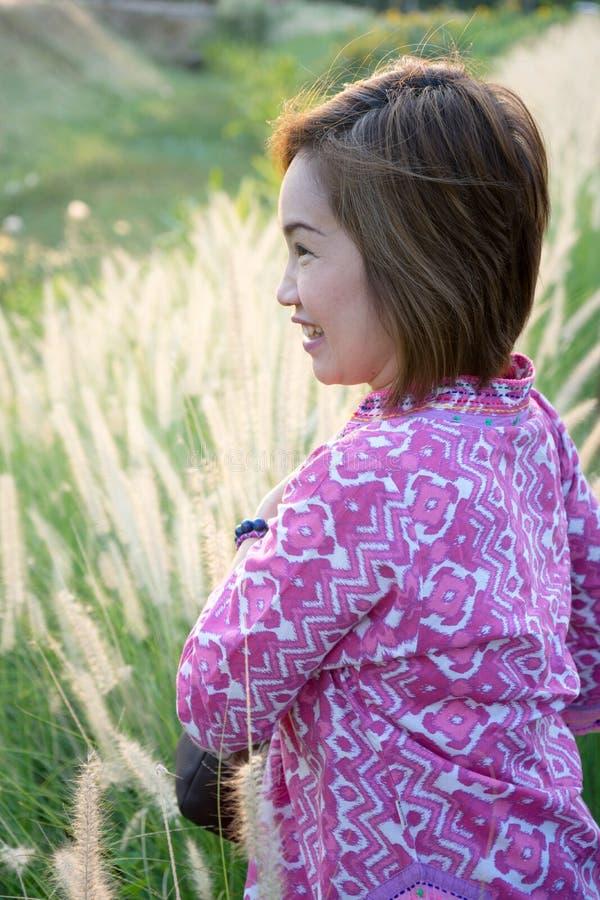 Côté de femme de portrait avec la vue de l'herbe éclairée à contre-jour image libre de droits