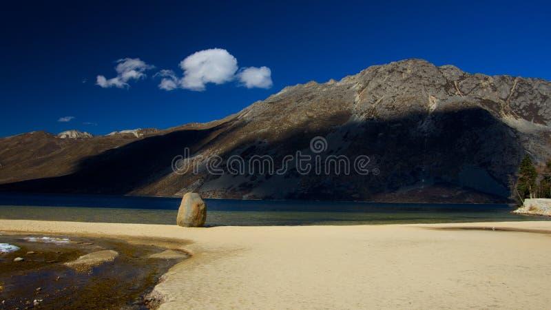 Côté de lac sur la montagne dans Sichuan Chine photo libre de droits
