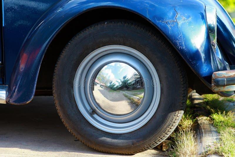 Côté de roue de voiture de vintage images libres de droits