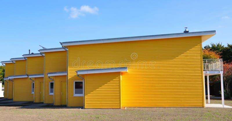 Côté-vue en terrasse jaune de maison photographie stock libre de droits