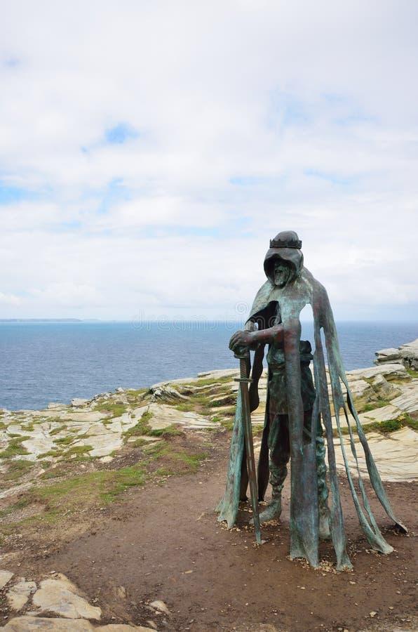 Côte cornouaillaise de négligence de statue de Gallo chez Tintagel Inspiré par légende du Roi Arthur photographie stock