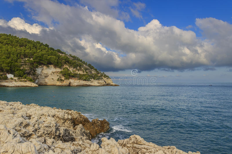 Côte d'Apula, parc national de Gargano : Plage de Pungnochiuso Vieste, Italie photo stock