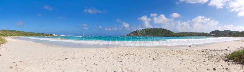 Côte de Half Moon Bay l'Océan Atlantique - île tropicale des Caraïbes - l'Antigua-et-Barbuda photo stock