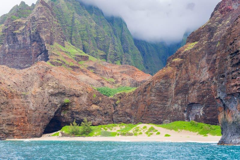 Côte de Na Pali dans un jour nuageux photos stock