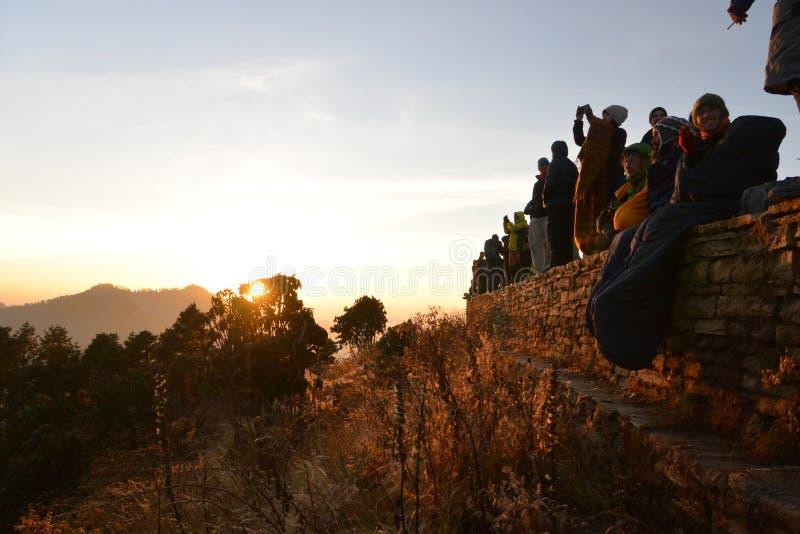 Côte de Poon, Népal Beaucoup de personnes recherchant le lever de soleil à l'Himalaya en novembre image stock