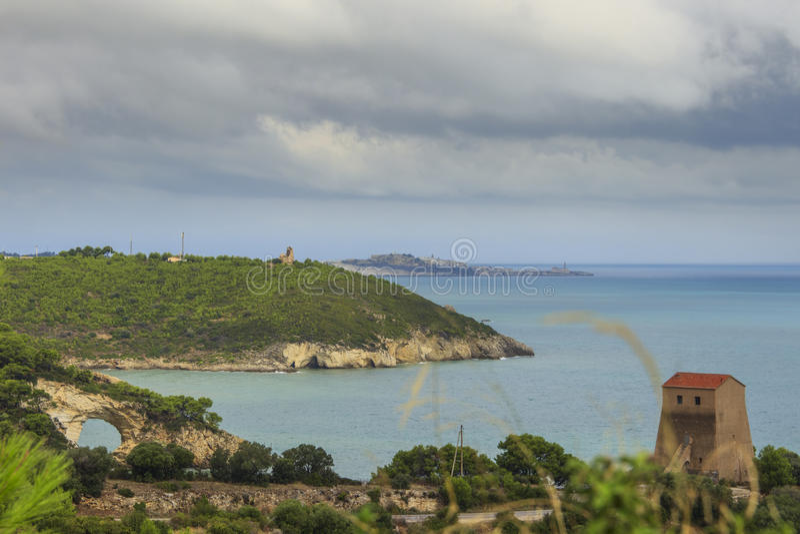 Côte de Pouilles : vue panoramique de San Felice Bay, Italie Parc national de Gargano : la voûte de petite pierre, l'Architello o photos stock