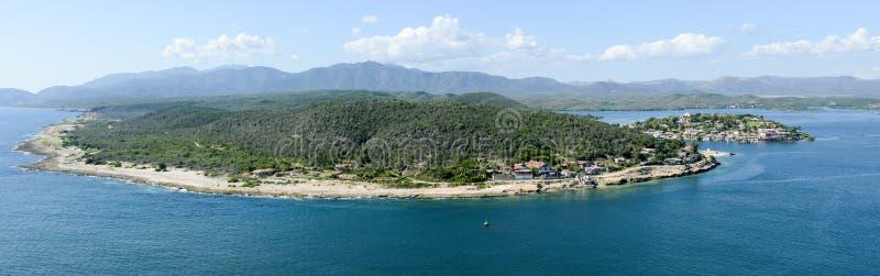 Côte de Santiago de Cuba avec l'entrée au port photo stock