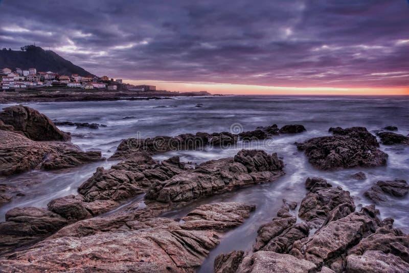 Côte et coucher du soleil photos libres de droits
