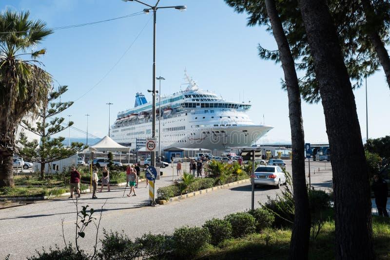 Côte Luminosa de bateau de croisière photographie stock libre de droits