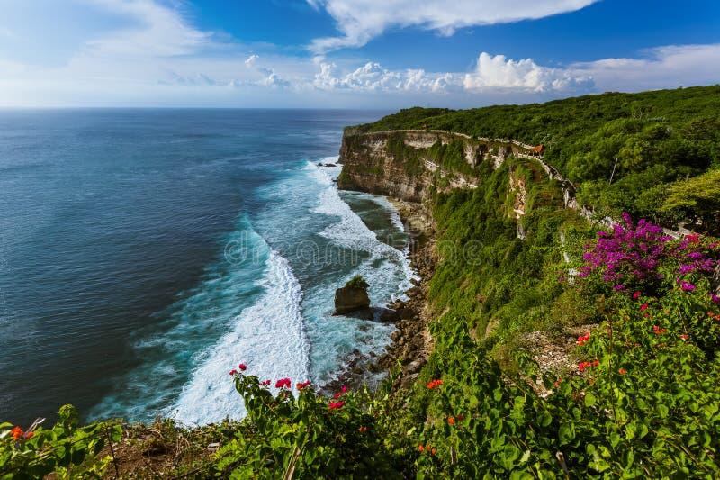 Côte près de temple d'Uluwatu dans Bali Indonésie photos libres de droits
