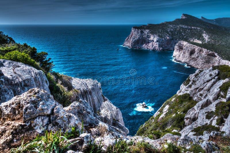 Côte rocheuse dans le capo Caccia image libre de droits