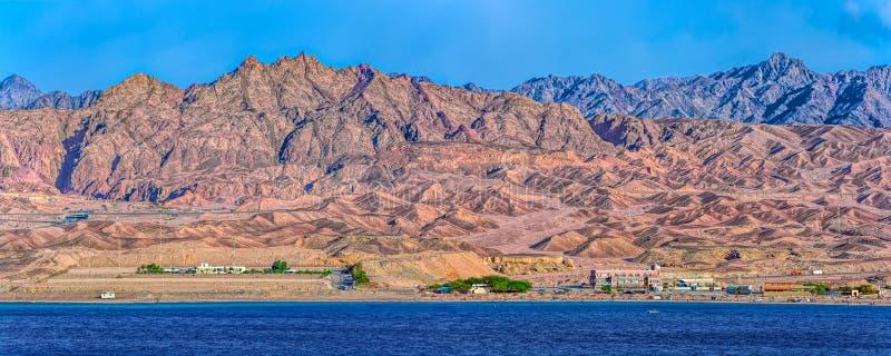 Côte rocheuse du golfe d'Aqaba photos libres de droits
