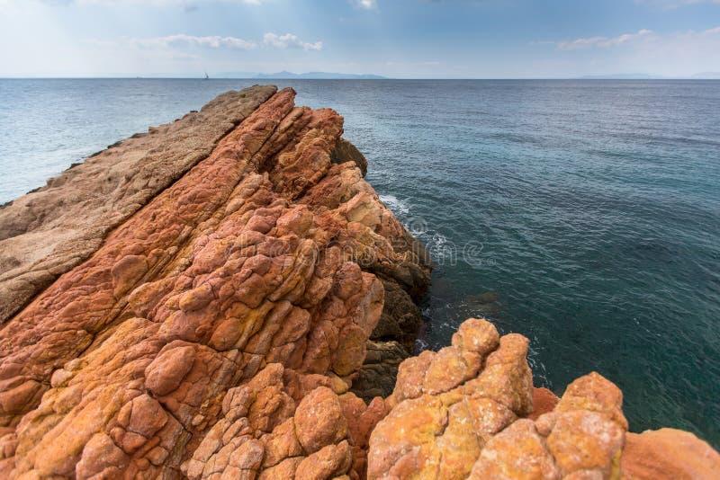 Côte rocheuse près d'Athènes, mer Égée images stock