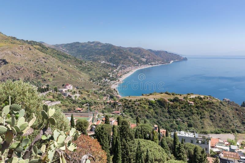Côte sicilienne de vue aérienne près de Taormina en Italie photo libre de droits