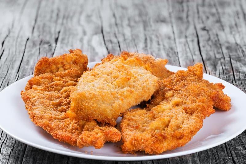 Côtelette de poulet de miette de pain sur le plat blanc closeup photo stock