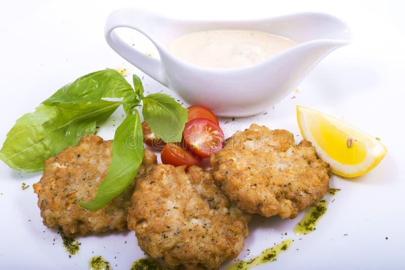 Côtelettes avec de la sauce et des légumes images libres de droits