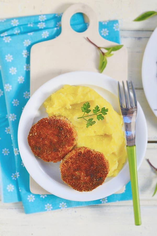 Download Côtelettes De Poissons Avec De La Purée De Pommes De Terre Photo stock - Image du potato, véhicule: 45371182