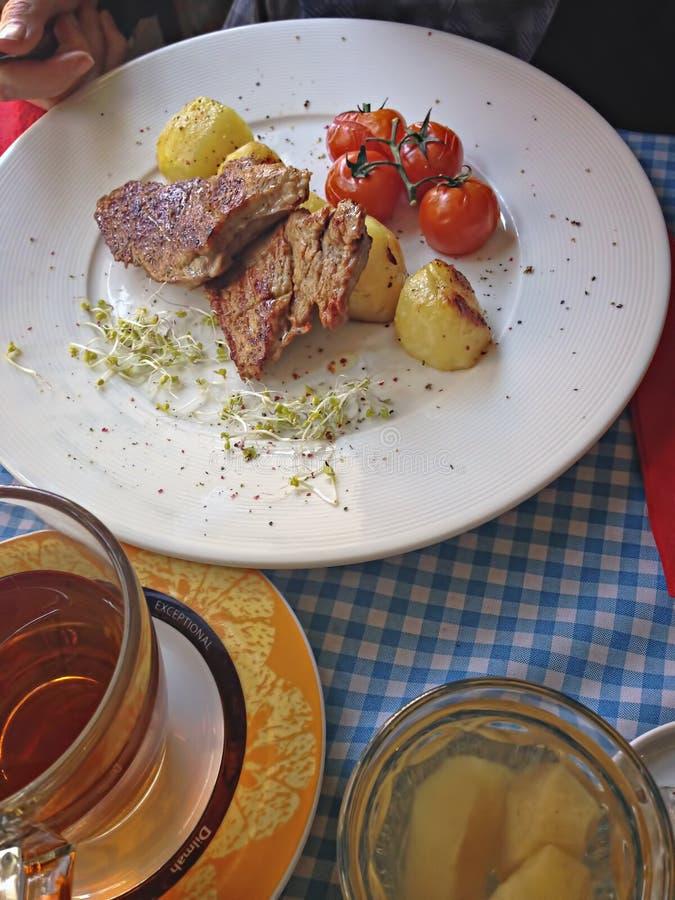 Côtelettes de porc d'Apple avec des pommes de terre images stock