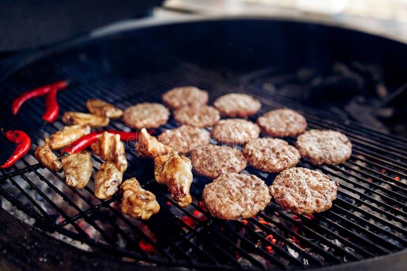 Côtelettes de viande et de poulet de porc avec le poivre grillant pour des hamburgers images stock