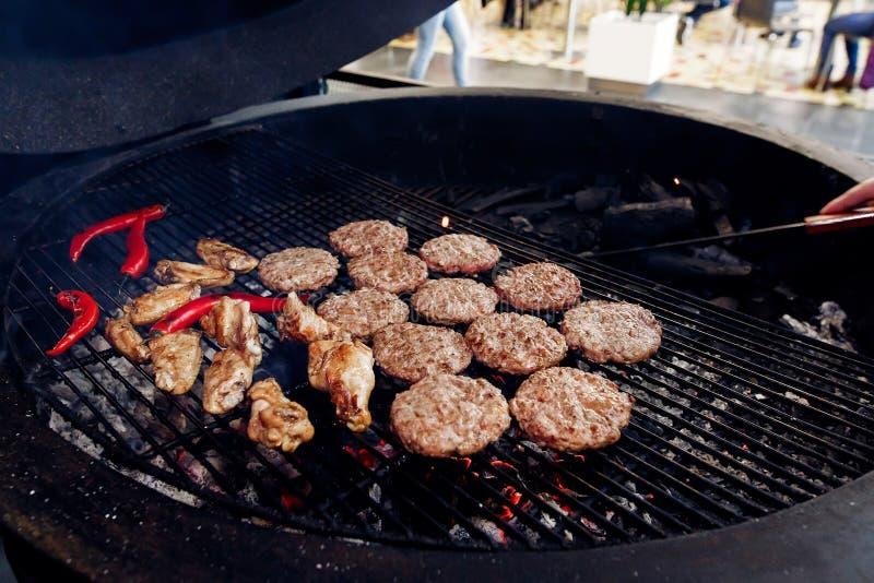 Côtelettes de viande et de poulet de porc avec le poivre grillant pour des hamburgers photo stock