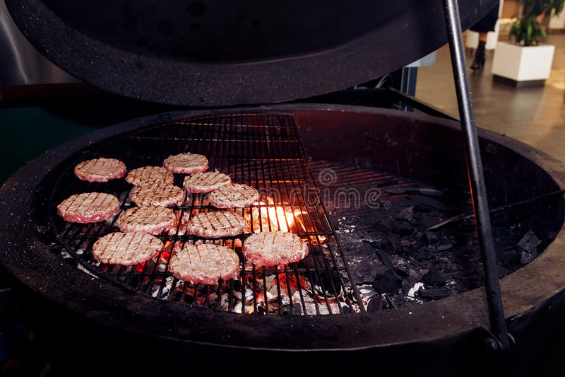 Côtelettes de viande grillant pour des hamburgers approvisionnement à l'espace restauration à la CMA photographie stock libre de droits