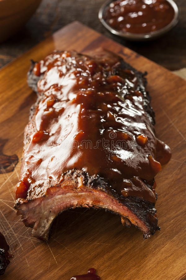Côtes de découvert de porc fumées de barbecue photos libres de droits