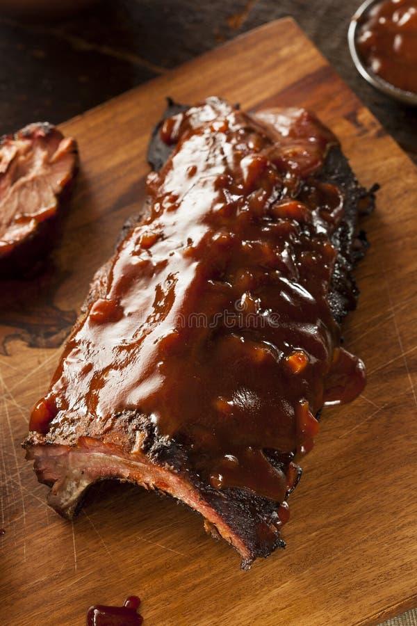 Côtes de découvert de porc fumées de barbecue images libres de droits