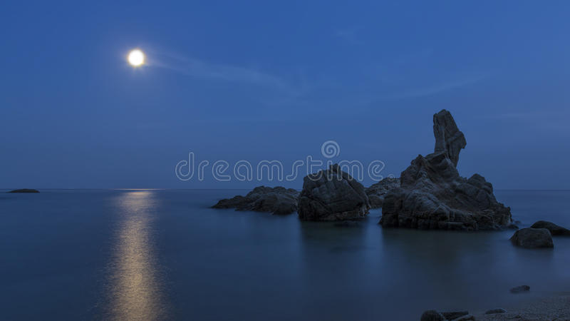 Côtier avec des roches, longue photo d'exposition image libre de droits