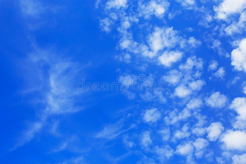 C?u azul bonito com nuvens brancas Fundo abstrato da natureza imagem de stock