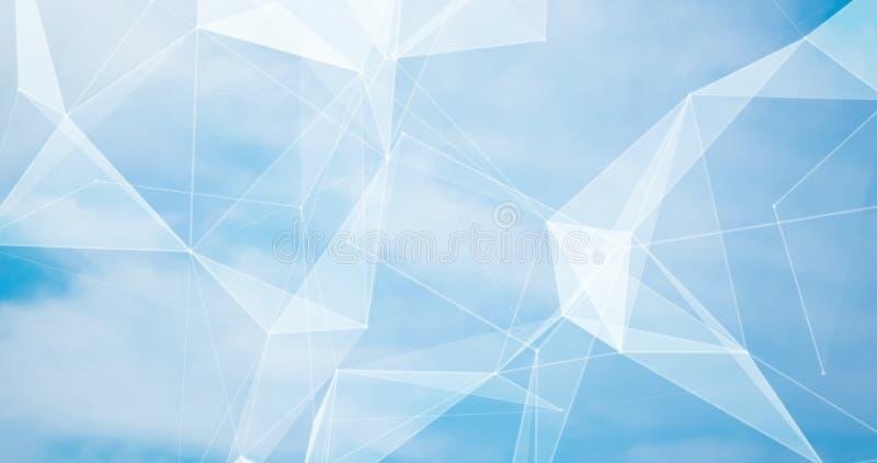 C?u azul borrado abstrato do fundo com as nuvens brancas na luz solar e na textura geom?trica dos poligons fotos de stock royalty free
