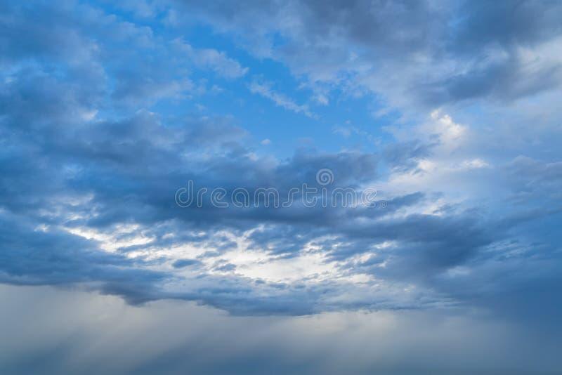 C?u azul claro com as nuvens macias brancas Fundo abstrato da natureza fotografia de stock