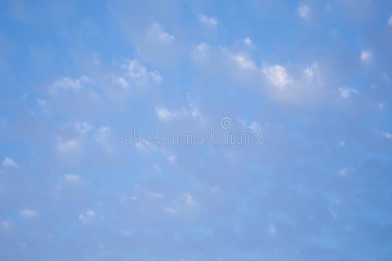 C?u azul com as nuvens cinzentas e brancas Fundo do c?u foto de stock