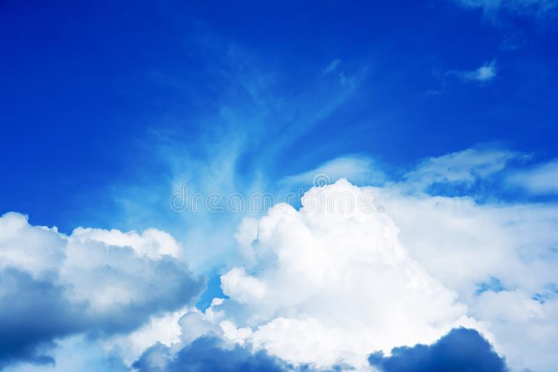 C?u azul com nuvem O c?u azul bonito com branco nubla-se o fundo imagens de stock