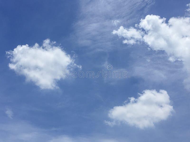 C?u azul com nuvens brancas foto de stock
