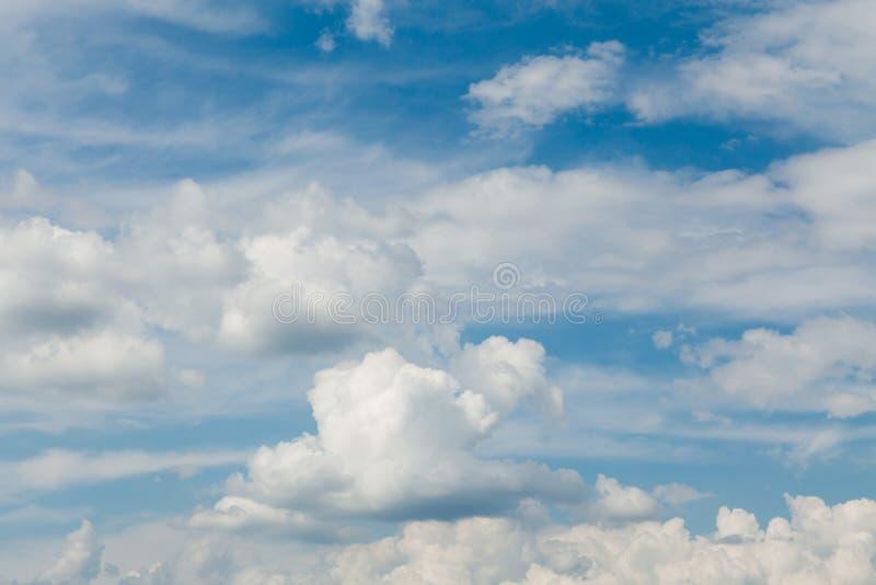 C?u azul com nuvens brancas Céus claros Fundo do horizonte do verão imagem de stock