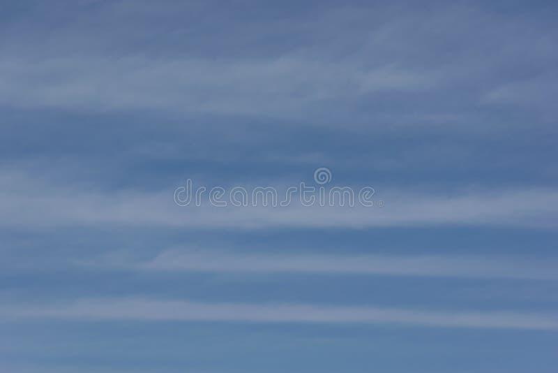 C?u azul com nuvens brancas foto de stock royalty free