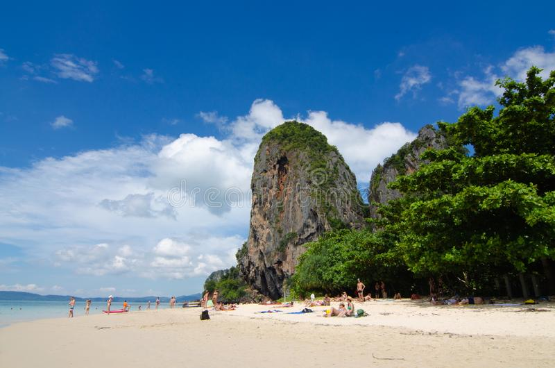 C?u azul da montanha da areia da praia nebuloso fotografia de stock royalty free
