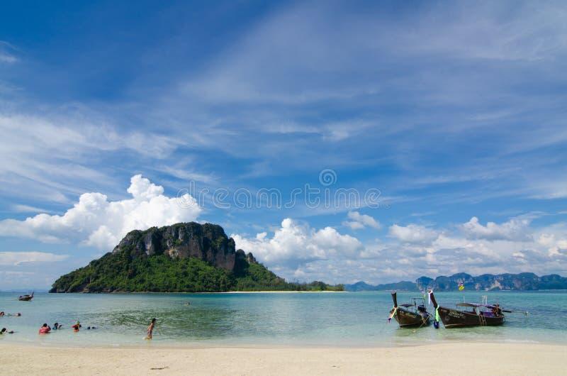 C?u azul da montanha da areia da praia nebuloso fotografia de stock