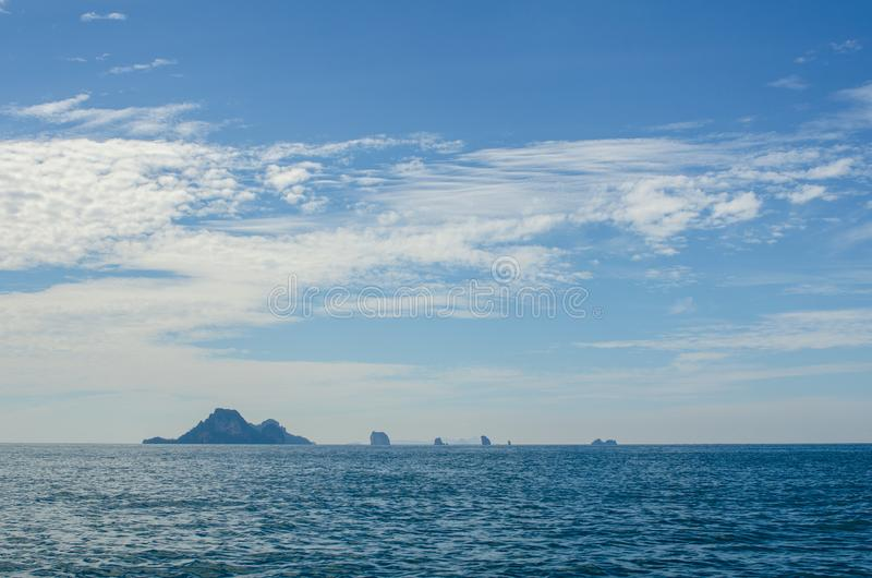C?u azul da montanha da areia da praia nebuloso imagem de stock royalty free