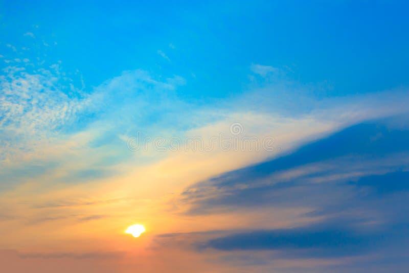 C?u azul e nuvens dram?ticos no tempo do por do sol ou da noite foto de stock