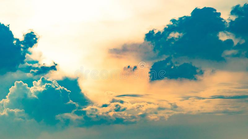 C?u azul e nuvens dram?ticos no tempo do por do sol ou da noite foto de stock royalty free