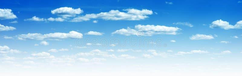 C?u azul e nuvens foto de stock royalty free
