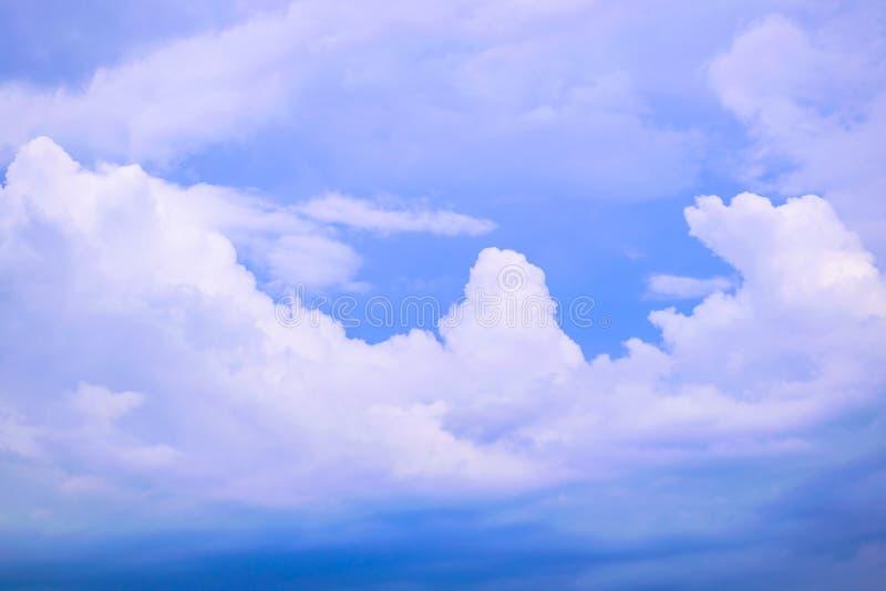 C?u azul profundo com nuvem branca foto de stock
