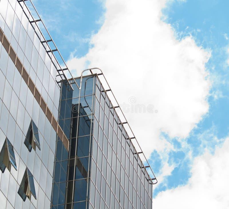 C?u azul refletido na parede de vidro de constru??o moderna do espelho foto de stock royalty free