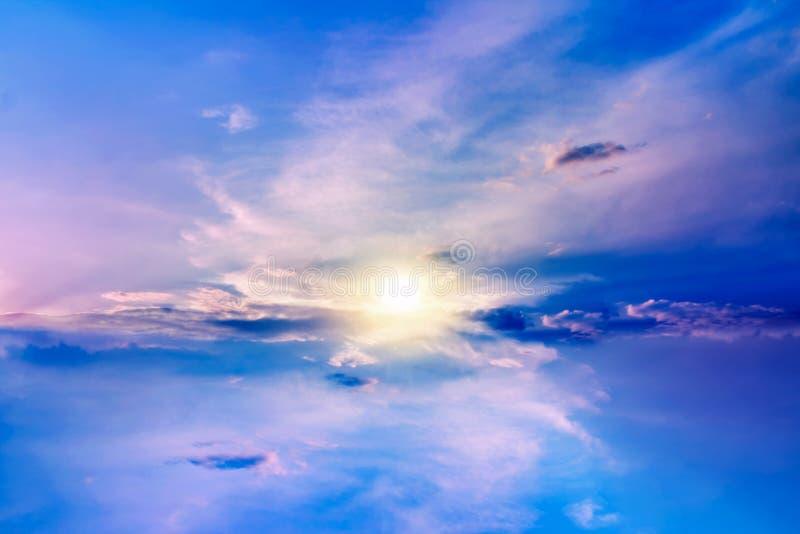 C?u bonito Paisagem celestial bonita com o sol nas nuvens imagens de stock