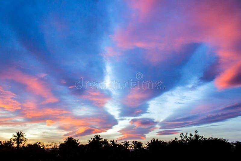 C?u colorido de surpresa do por do sol sobre o lago foto de stock